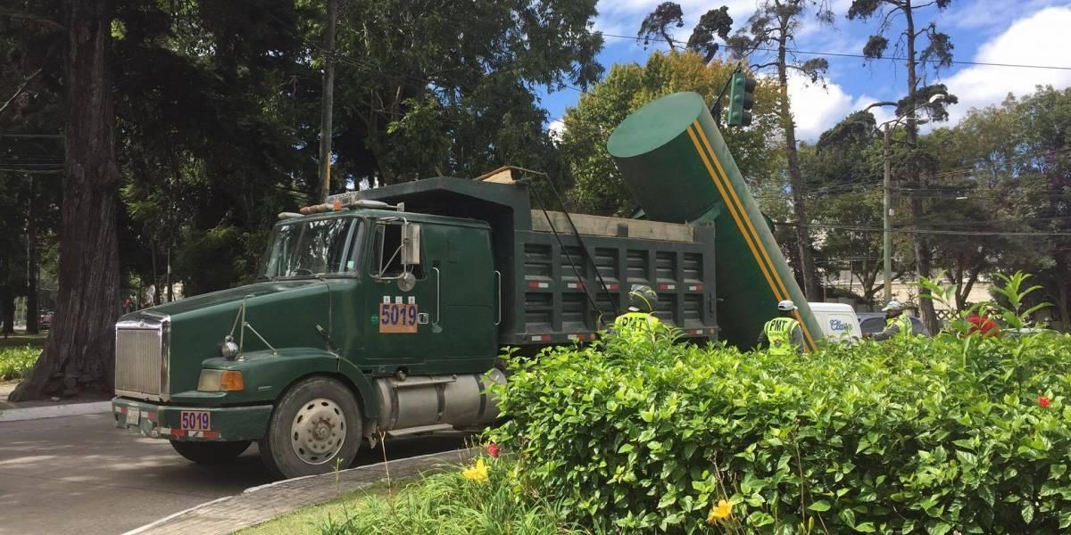 Cilindro que era transportado en un camión cae sobre vehículo en avenida Reforma