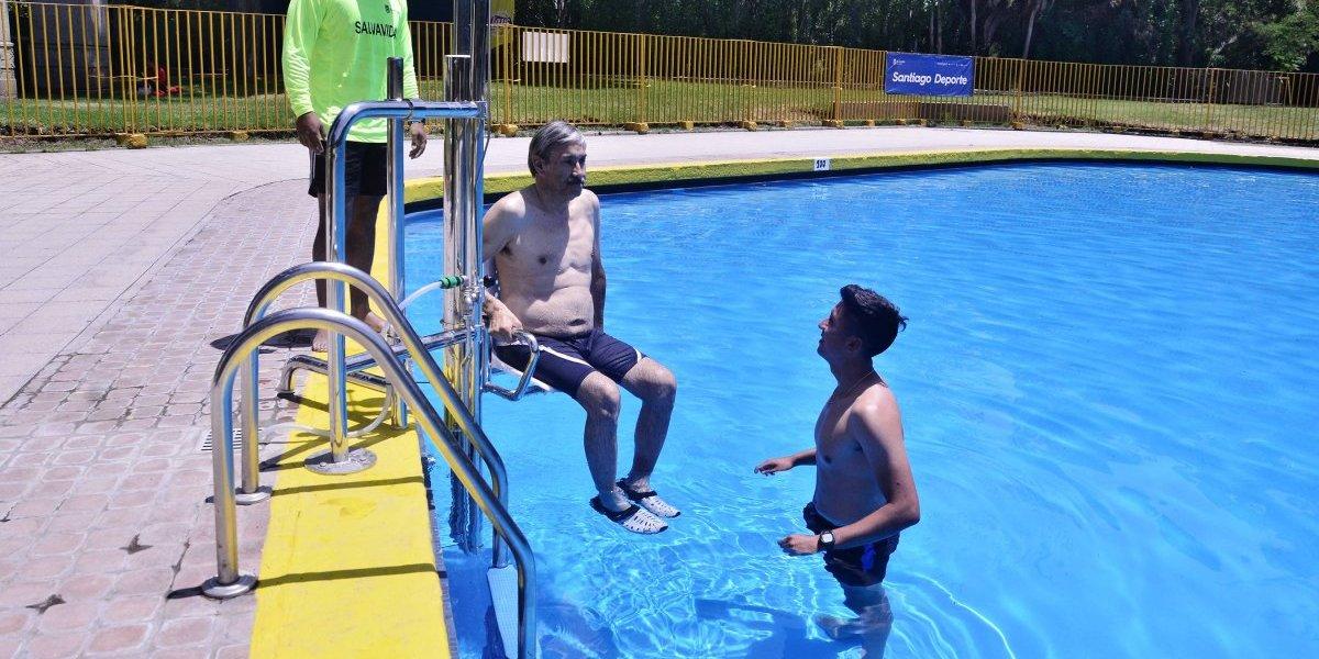 Inaugurarán piscina inclusiva en Santiago: tendrá una silla para personas en situación de discapacidad