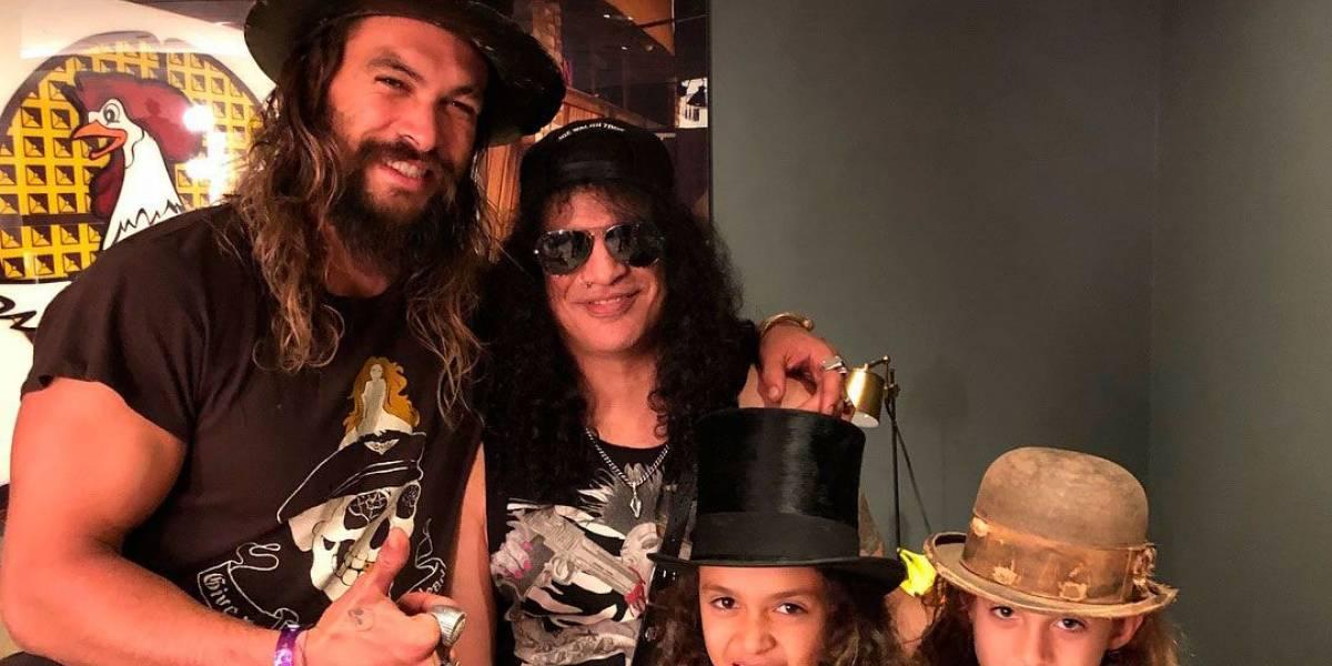 Jason Momoa leva filhos para conhecer Slash