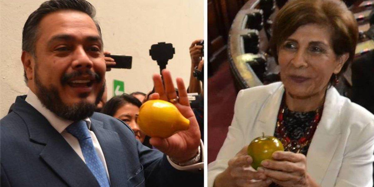 """Periodistas entregaron """"el limón"""" y """"la naranja"""" a diputados"""
