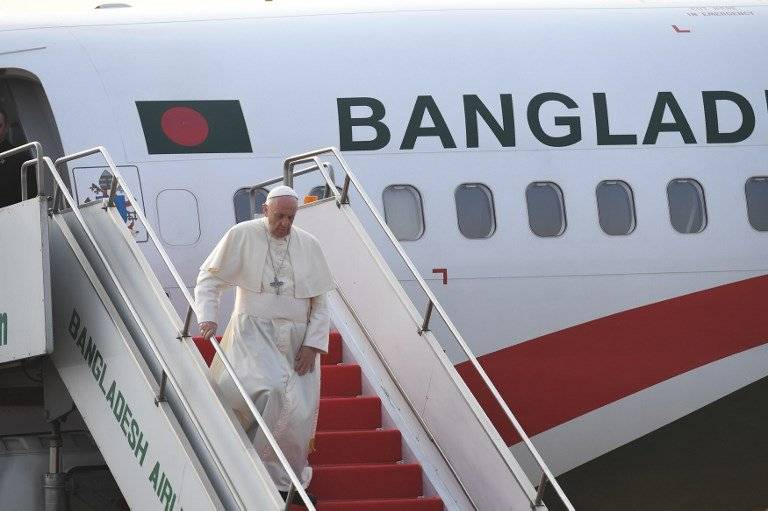 Papa Francisco llega a Bangladés