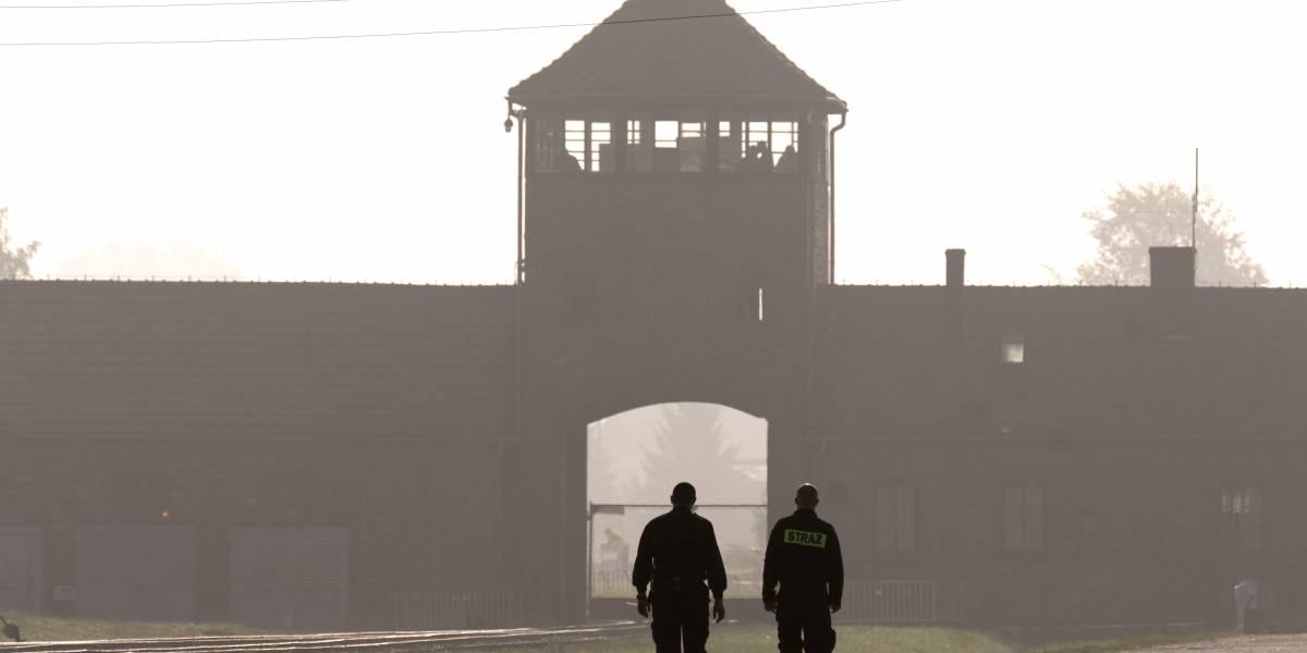 """Indignación por video que muestra a gente desnuda jugando a """"la pinta"""" en campo de concentración nazi"""