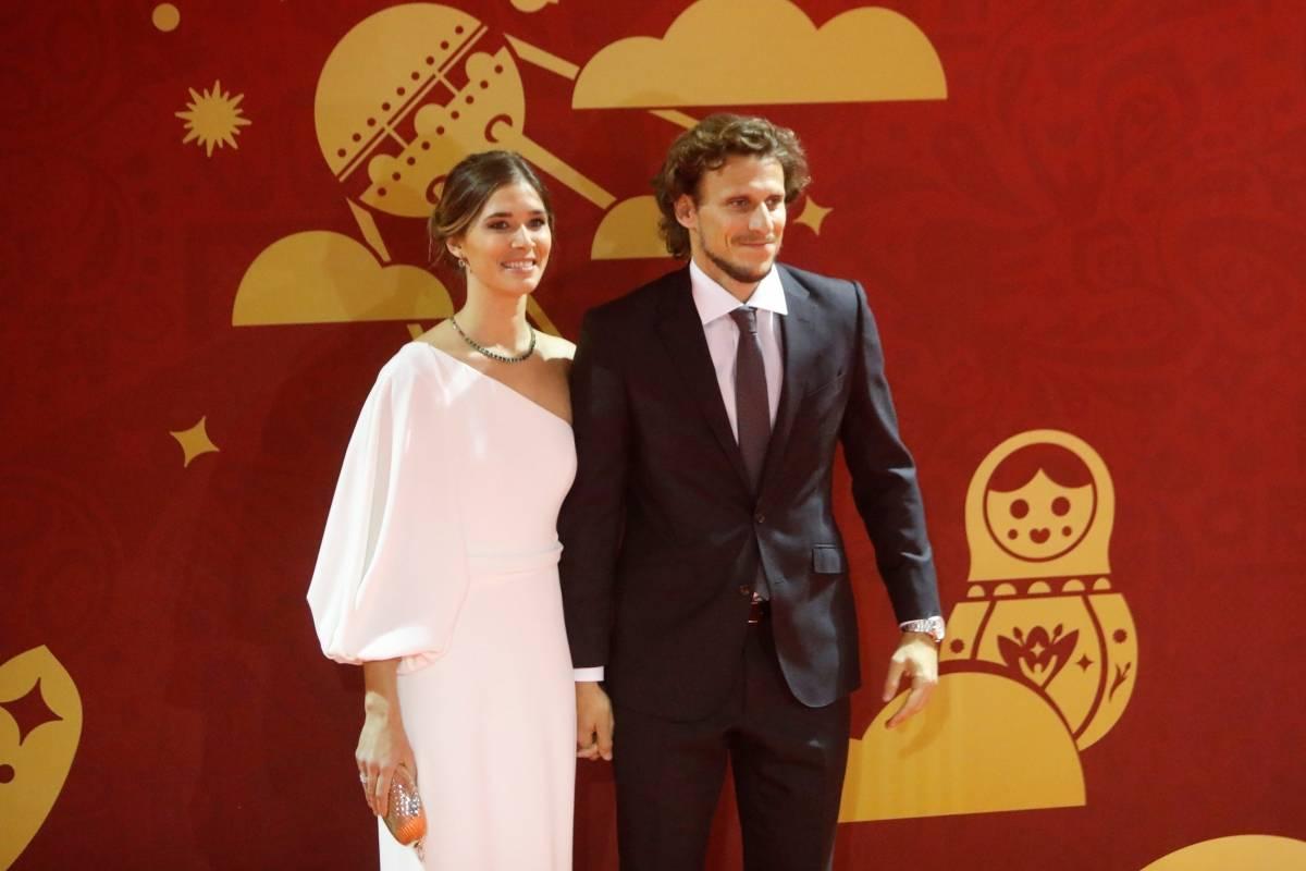 Jogador uruguaio Diego Forland ao lado da esposa Paz Cardoso | Sergei Karpukhin/Reuters
