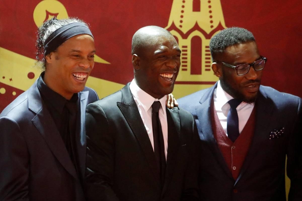 Campeão em 2002, Ronaldinho ao lado dos ex-jogadores Clarence Seedorf, Jay-Jay Okocha, além capitão da Alemanha campeã em 1990, Lothar Matthäus Sergei Karpukhin/Reuters