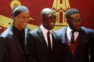 Ronaldinho ao lado dos ex-jogadores Clarence Seedorf and Jay-Jay Okocha