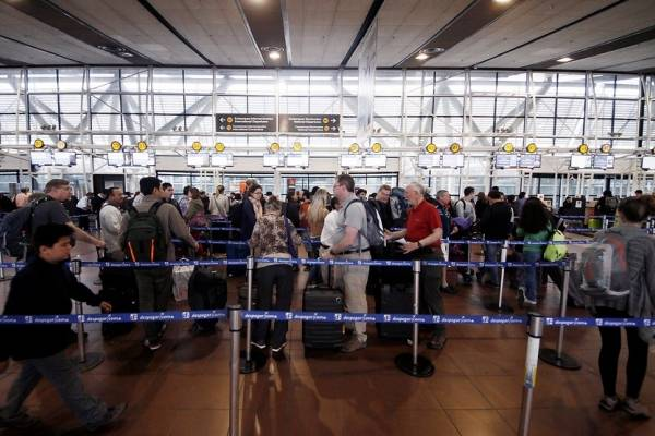 "Pasajeros en el terminal ""Arturo Merino"""