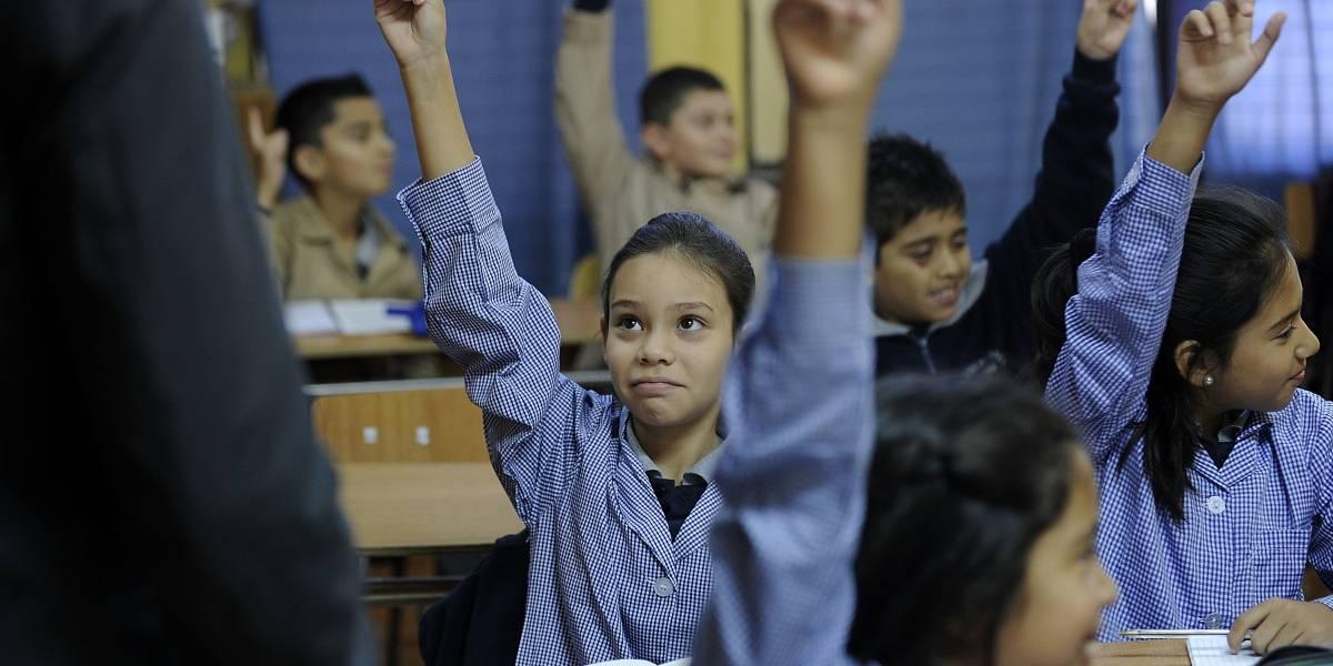 Informe de la Ocde: Nivel socioeconómico explica el 17% del desempeño de los estudiantes chilenos