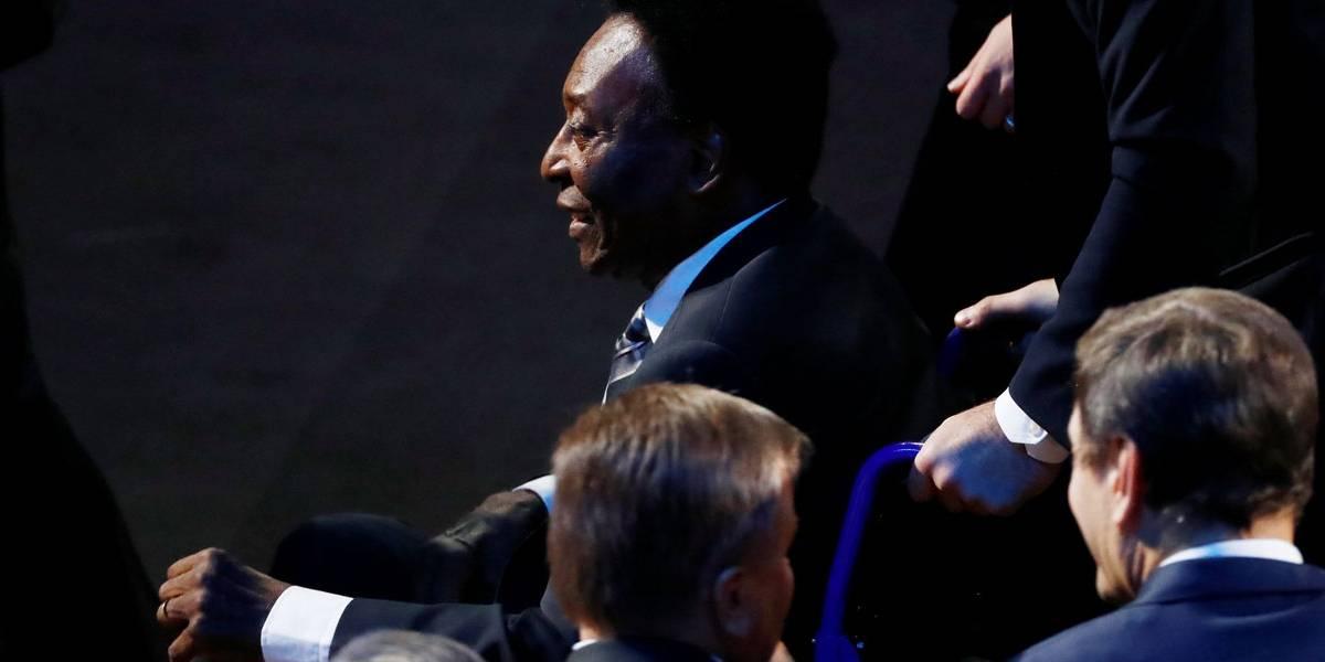Pelé chega ao sorteio da Copa do Mundo em cadeira de rodas