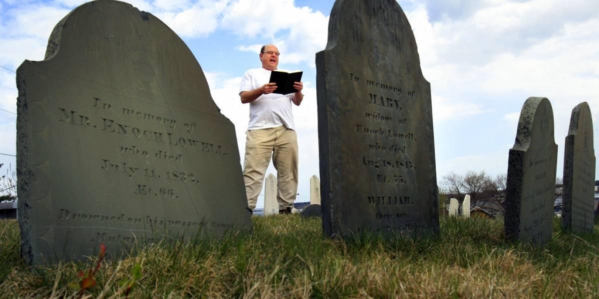 Fundador de Sociedad Poetas Muertos compra su propia lápida