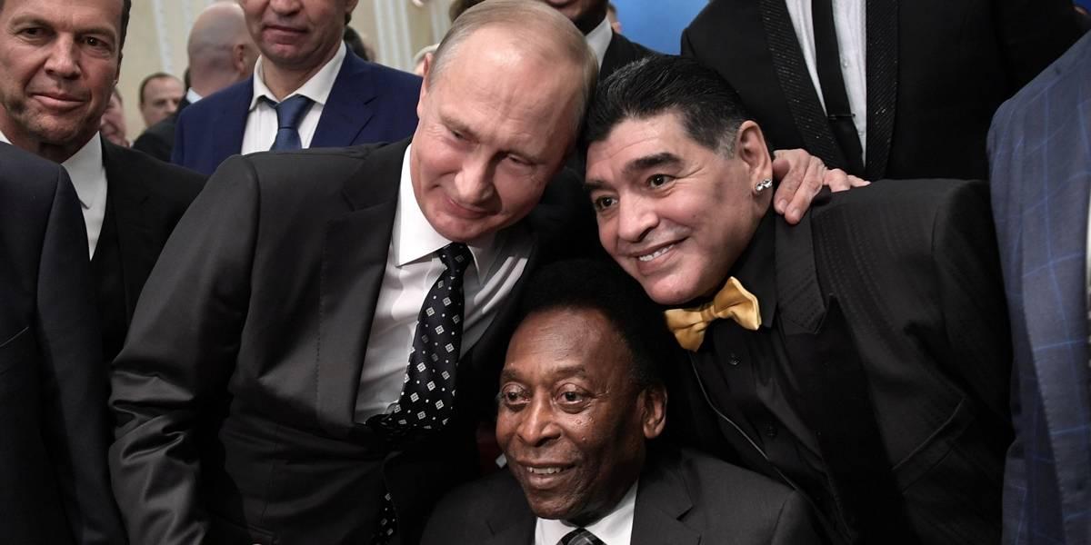 Maradona dá beijo em Pelé no sorteio da Copa do Mundo da Rússia