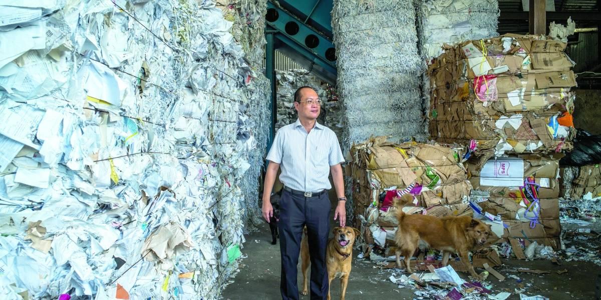 China limita el desperdicio. Las 'abuelitas  del cartón' luchan con los desechos