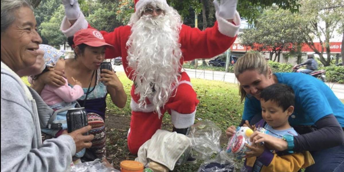 VIDEO. Santa se aparece en la Avenida Reforma y causa gran felicidad