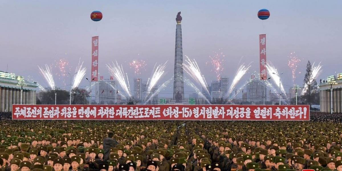 Con fuegos artificiales y bailes: así fue la eufórica celebración en Corea del Norte tras lanzamiento de misil que podría destruir a EEUU