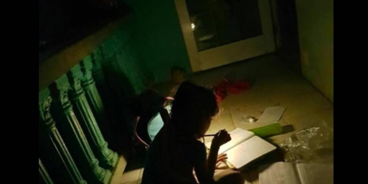 Así estudia una niña boricua en una casa sin luz