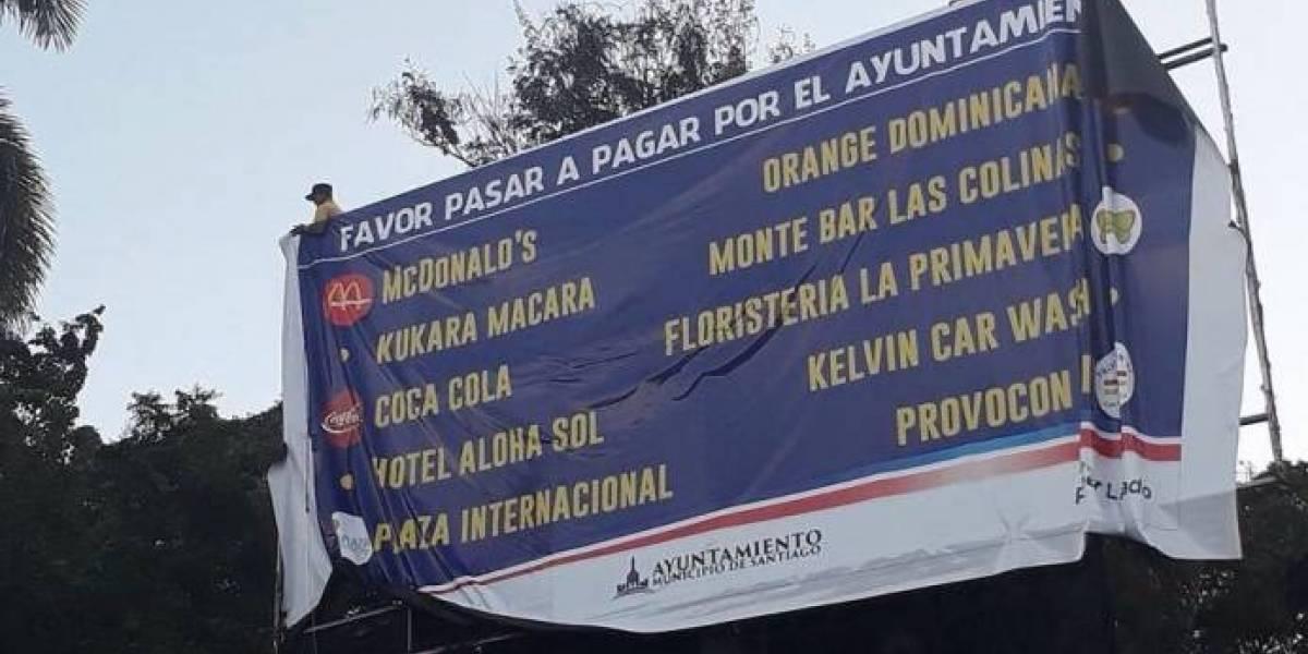 Ayuntamiento de Santiago retira valla donde aparecían empresas no pagaban impuestos