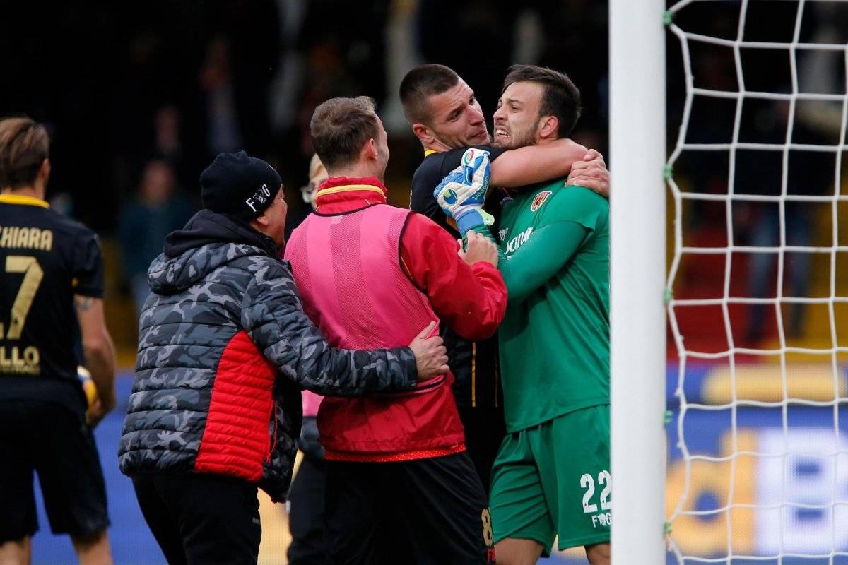 Así fue el gol del arquero del Benevento para ganar un histórico punto ante Milan EFE