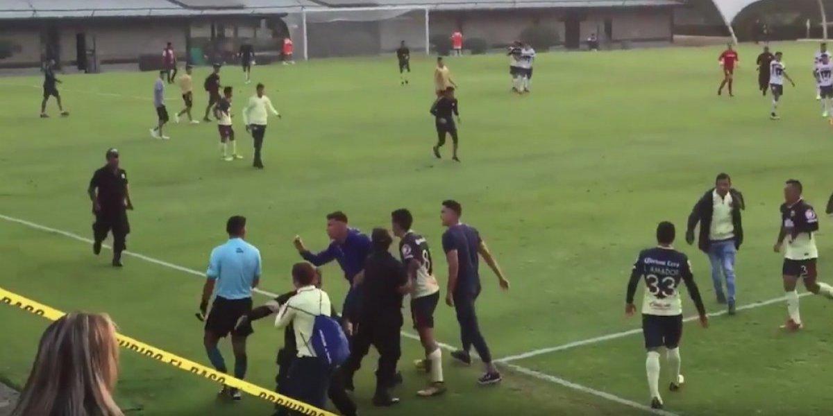 Jugadores del América de segunda división se le van encima al árbitro tras ser eliminados