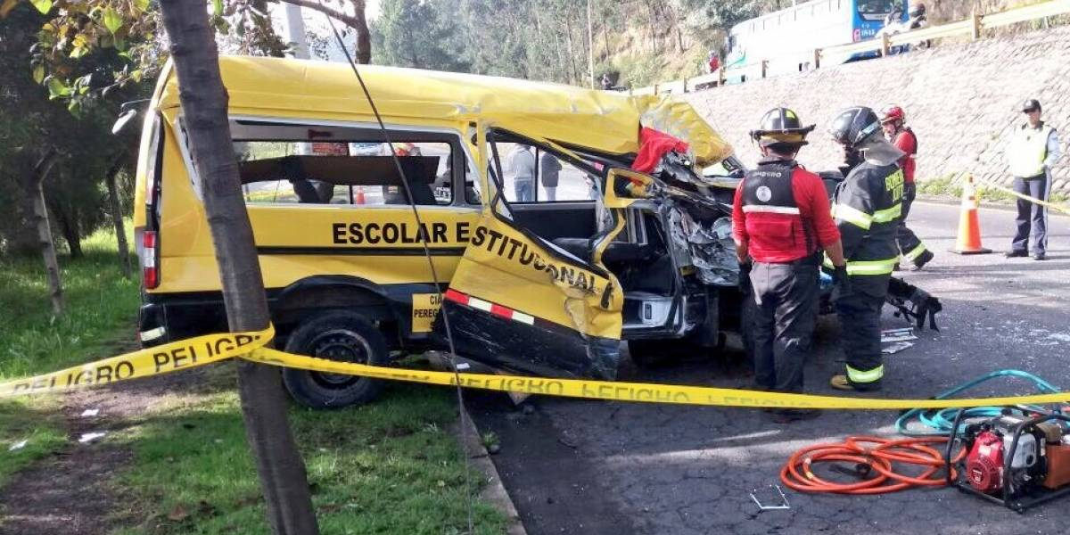 Quito: Conductor de buseta escolar falleció en accidente de tránsito