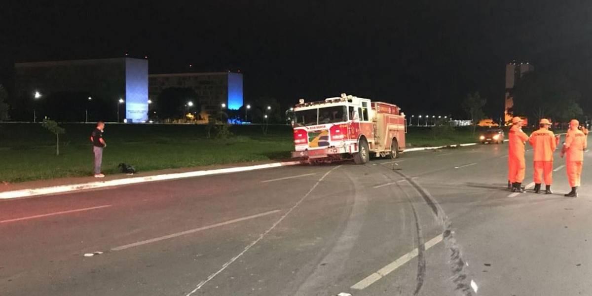 Bombeiro furta caminhão da corporação e tenta invadir Esplanada dos Ministérios, em Brasília