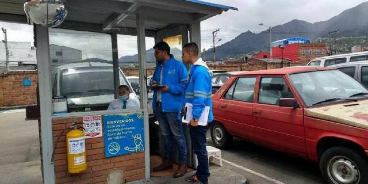 """Parqueadero de Bogotá cobra """"peaje"""" para evitar un trancón"""