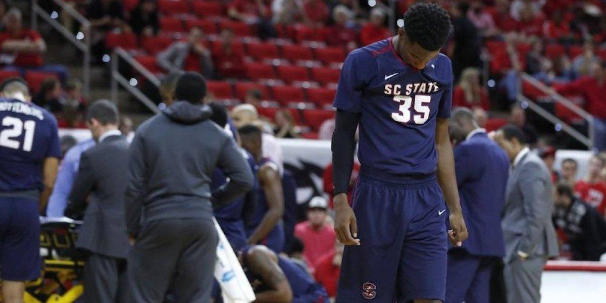 VIDEO: Jugador colegial de basquetbol se desploma en pleno juego