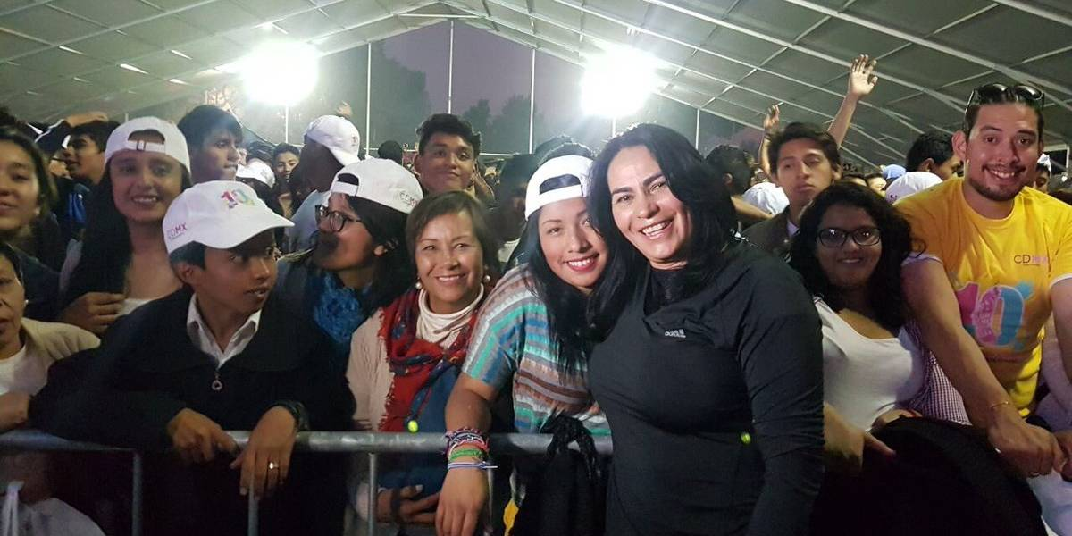 """Cojan rico, pero con condón"", aconseja delegada de Iztapalapa a jóvenes"