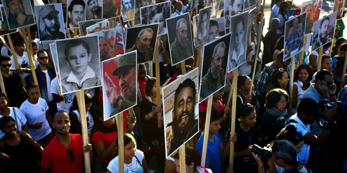 Miles de cubanos peregrinan a la tumba de Fidel Castro