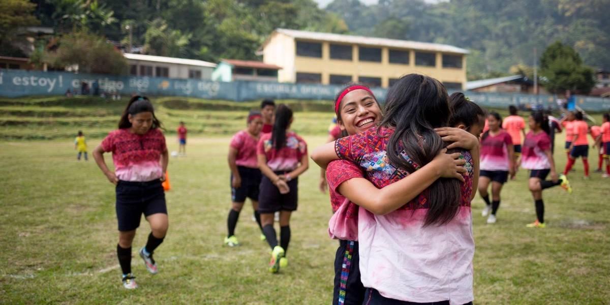 Futbolistas guatemaltecas destacan por su talento y uniformes típicos tejidos a mano