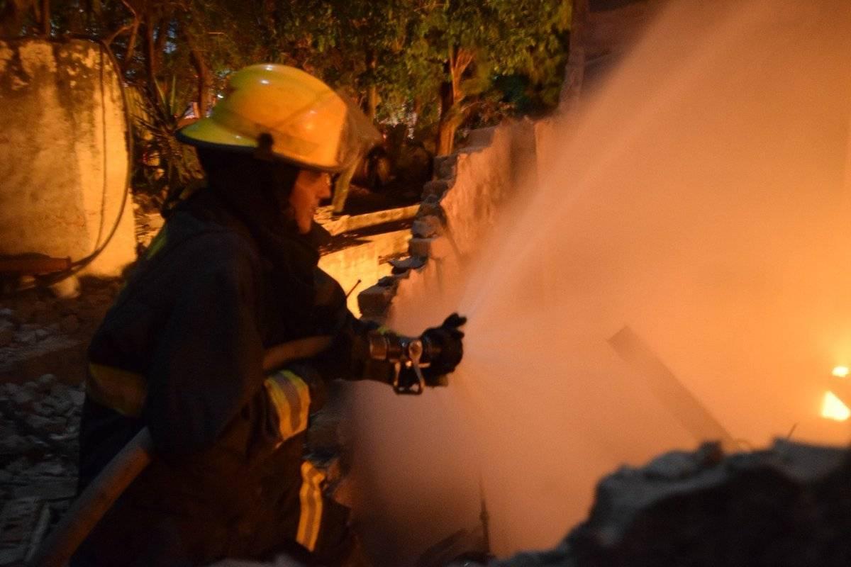 Desalojan a 150 personas por incendio en taller de carpintería