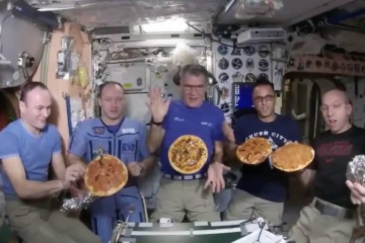 Llega la navidad al espacio y astronautas arman una ¿fiesta de pizza?