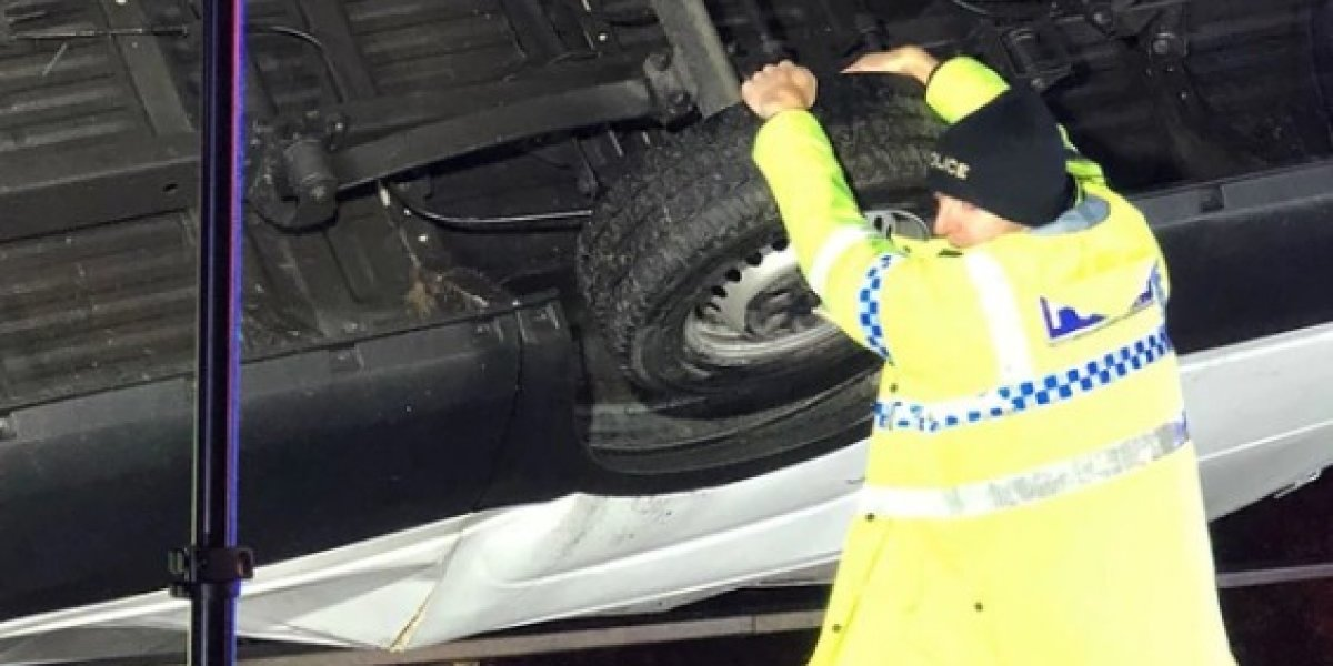 Policía salva a hombre al sostener camión con sus manos