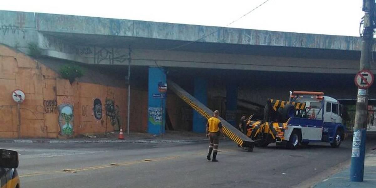 Viga de ferro cai sobre carreta em Guarulhos, na Grande SP