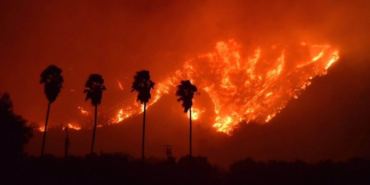 Las impactantes imágenes del enorme incendio en el sur de California que han obligado a evacuar a miles de personas