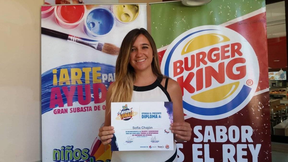 """Michelle Nanne, de BK Becas Fundación; y Arlynne García, representante de Burger King, entregaron diplomas y cheques a los niños artistas que participaron en la subasta """"Niños ayudan niños"""". Foto: David Lepe Sosa"""