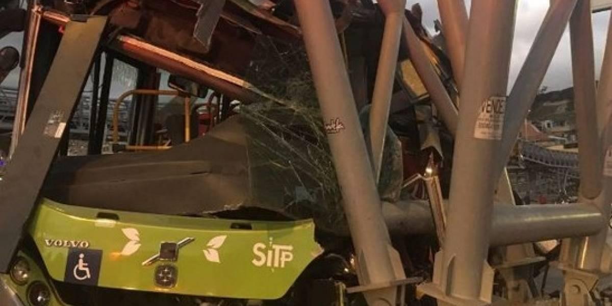 ¡Atención! Accidente de bus de TransMilenio contra un puente peatonal
