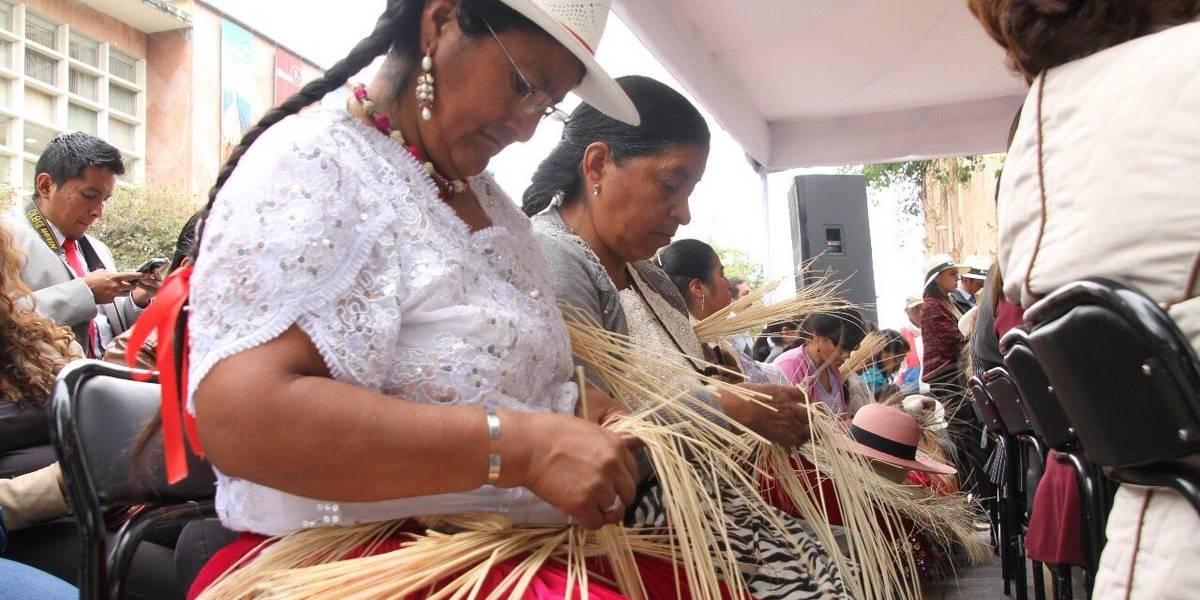 Tejedoras de paja toquilla mantienen la tradición en Azuay