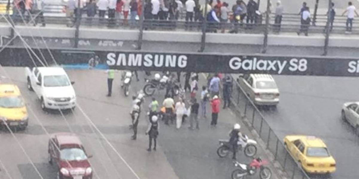 Joven se lanza de un puente peatonal en Guayaquil