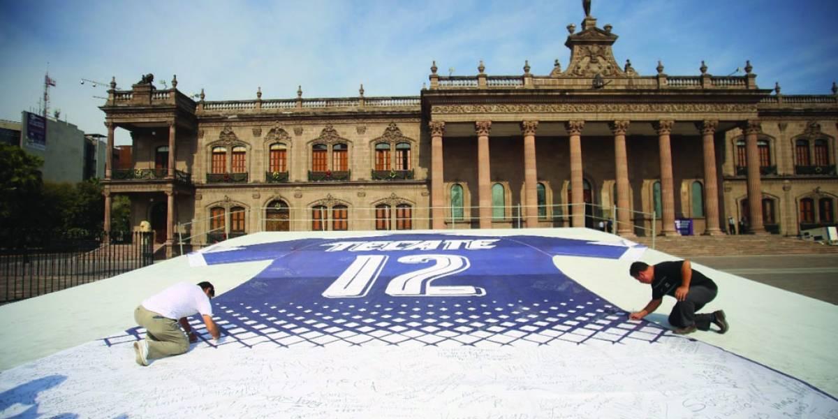 FOTO: Promueven una final regia en paz con playeras gigantes
