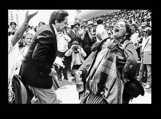 El alcalde de Quito, Gustavo Herdoiza el popular Maestro Juanito celebrando a Quito en los 80s. Quito Nostálgico
