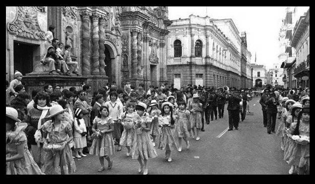 Desfile por las fiestas de Quito que llegaba hasta el Centro Histórico en 1989 Quito Nostálgico