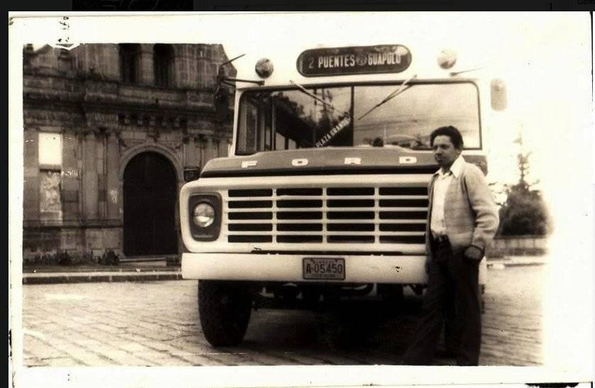 Bus Ford 2 Puentes en las afueras de Guapulo, años 70s. Carlos Amv
