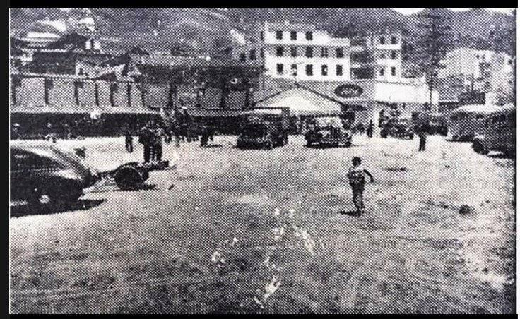 La Plaza Marín. Del lado izquierdo la fachada posterior de la calle Bustamante, al fondo el moderno edificio de la Caja de Pensiones y al pie de este la Quito Motors comercializadora de autos Ford. También se aprecian casuchas de negocios ambulantes y autos de la época. Quito en 1952. Luis Humberto Pacheco