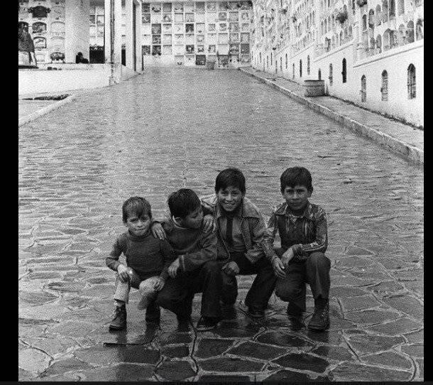 Niños posando en el cementerio de San Diego (1976) Quito Nostálgico