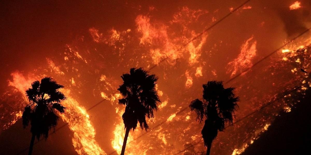 """Incendio """"fuera de control"""" en California obliga a miles desalojar"""