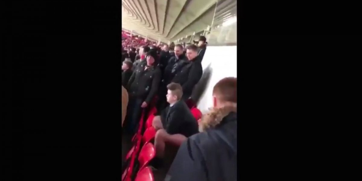 VIDEO: Captan a aficionado 'defecando' en tribunas de estadio de futbol