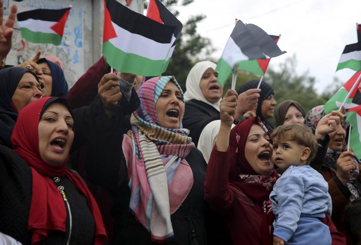 Las mujeres agitan banderas palestinas y corean lemas durante una protesta en la Plaza del Soldado Desconocido, en la ciudad de Gaza, el miércoles 6 de diciembre de 2017. / Adel Hana-AP