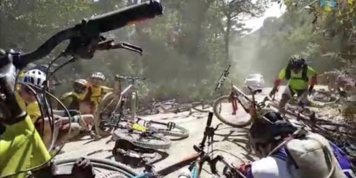 VIDEO. Pánico se apoderó de ciclistas al quedar en medio de tiroteo