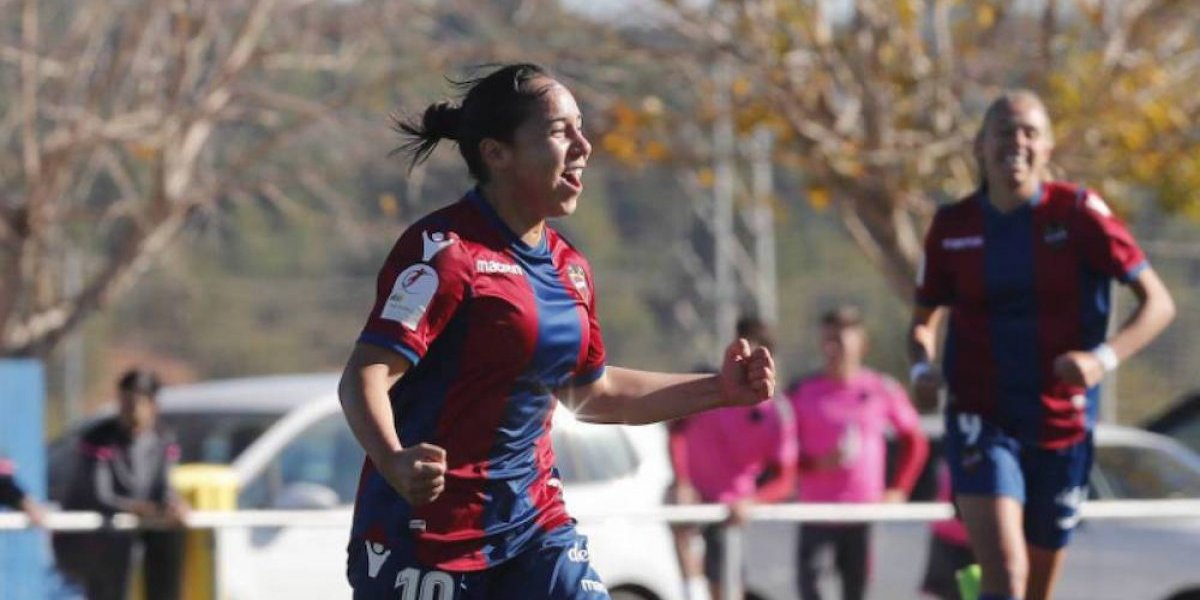Charlyn Corral se luce con golazo y hat trick