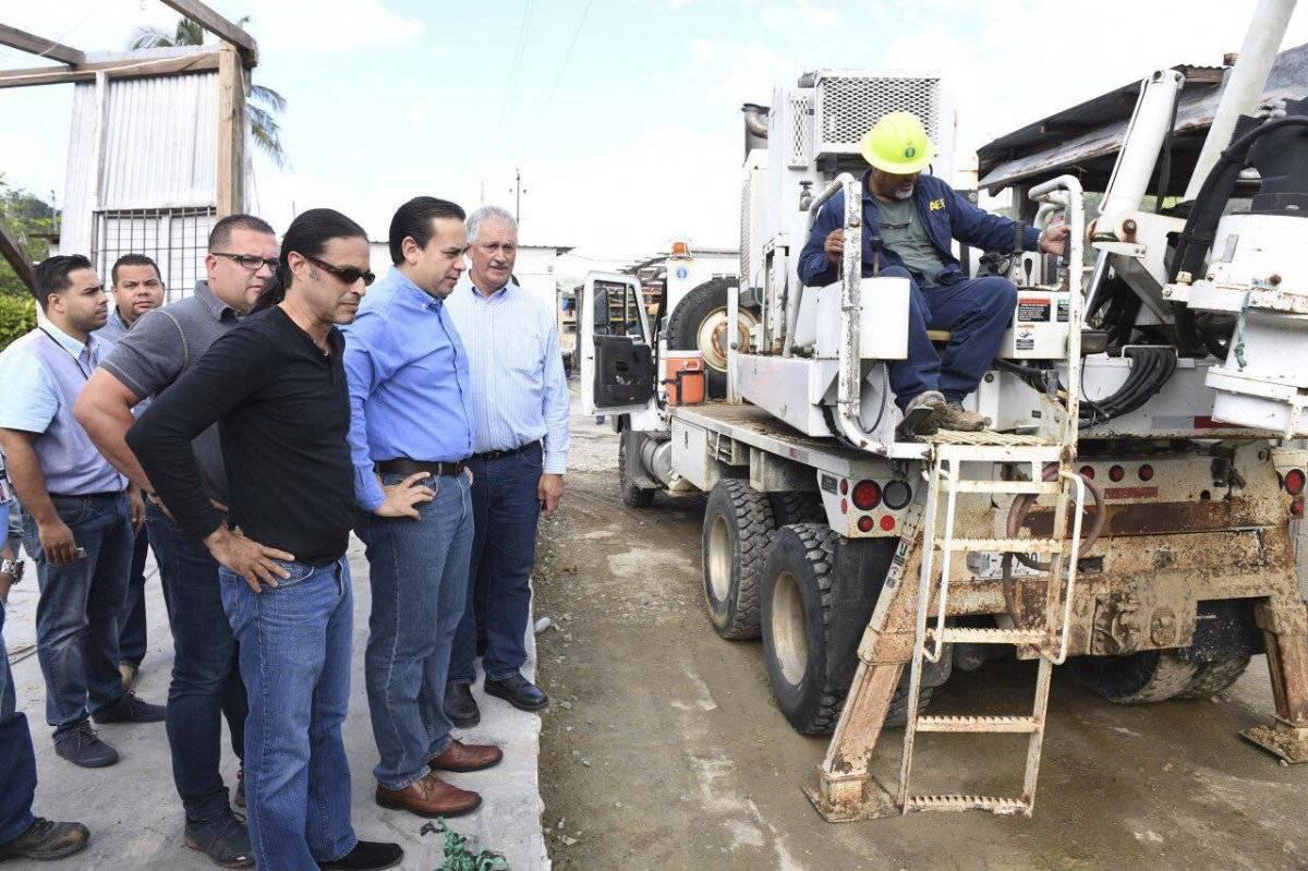 William Villafañe y el alcalde Jaime Barlucea inspeccionan los trabajos de la AEE en Adjuntas.