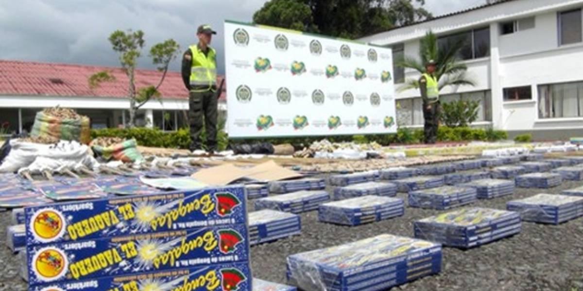 Policía decomisa 3,5 toneladas de pólvora y licor de contrabando